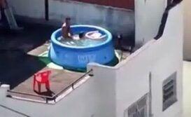 Trepando na piscina de plastico