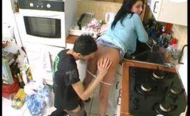 Fudendo uma bucetinha na cozinha