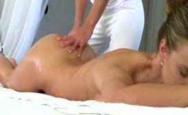 Massagem porno na modelo gostosa