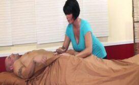 Massagista tarada fodendo com o cliente