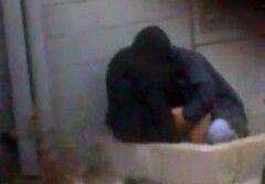 Casal trepa na porta de casa e é filmado por vizinho