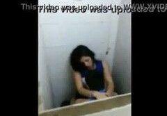 Flagra amador de novinha bêbada no banheiro