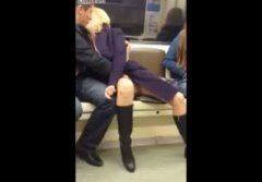 Flagrando o rapaz masturbando loira no ponto de ônibus