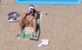 Flagra safada masturbando na piscina
